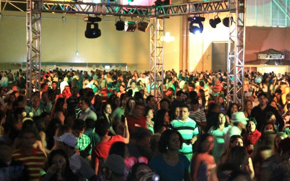 Cerca de 6 mil pessoas foram ao Studio 5 Centro de Convenções dançar ao som dos clássicos dos anos 70 e 80 (Foto: Marcos Dantas/ G1 AM)