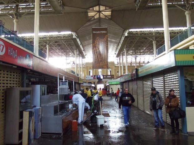 Trabalhadores circulam pelos corredores do Mercado (Foto: João Laud/RBS TV)