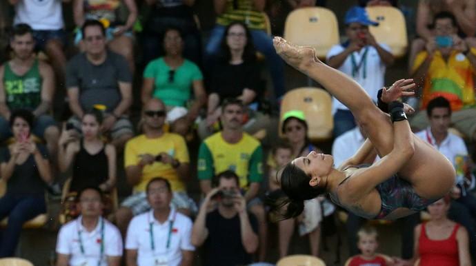 Torcida observa Ingrid Oliveira saltar na prova individual da plataforma de 10m (Foto: Reuters)