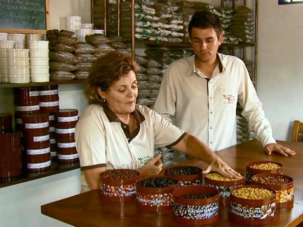 Cafeicultora cria técnica para deixar grãos descansarem no Sul de Minas (Foto: Reprodução EPTV)