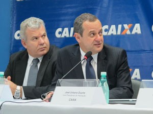 O superintendente regional da Caixa, Paulo Gatti, e o vice-presidente de Habitação, José Urbano Duarte (Foto: Darlan Alvarenga/G1)