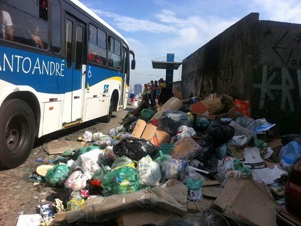 Lixo acumulado em ponto de ônibus em Cidade São Jorge, em Santo André. (Foto: Letícia Macedo/G1)