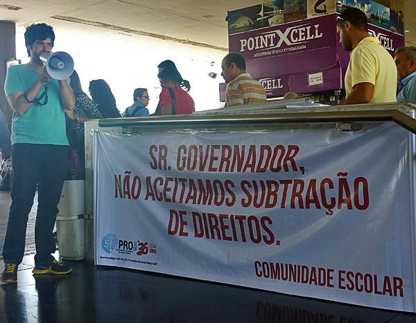 Professores fazem ato em rodoviária para explica motivos da greve na manhã desta quarta-feira (25) (Foto: Isabella Formiga/G1)