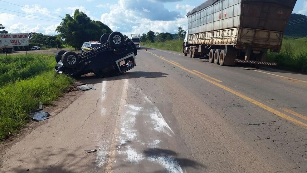 Veículo capotou ao desviar de outro que também ultrapassava (Foto: Divulgação/PRF)