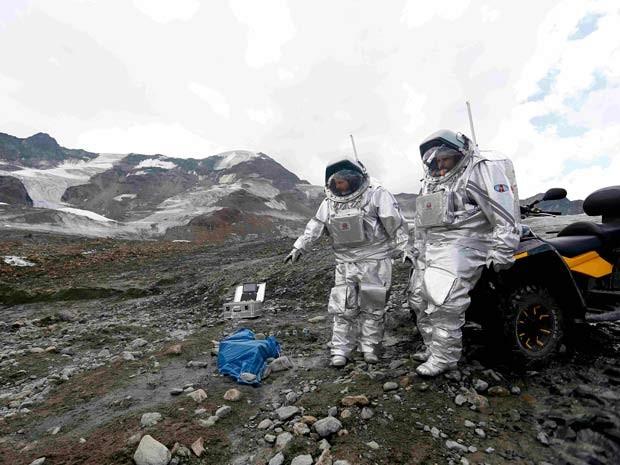 Stefan Dobrovolny, da Áustria, e Inigo Munoz Elorza, da Espanha, fazem experimentos durante simulação de exploração em Marte nesta sexta-feira (7) em geleira na Ásutria (Foto: REUTERS/Dominic Ebenbichler )