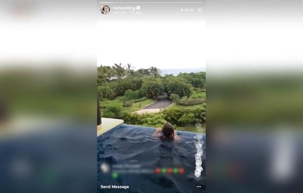 A piscina do quarto de hotel no qual a família de Tori Spelling estava hospedada (Foto: Instagram)