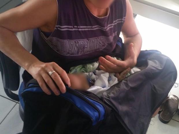 Bebê era transportado pelos pais em mala de viagem, em Caruaru (Foto: Divulgação/Ascom PRF)