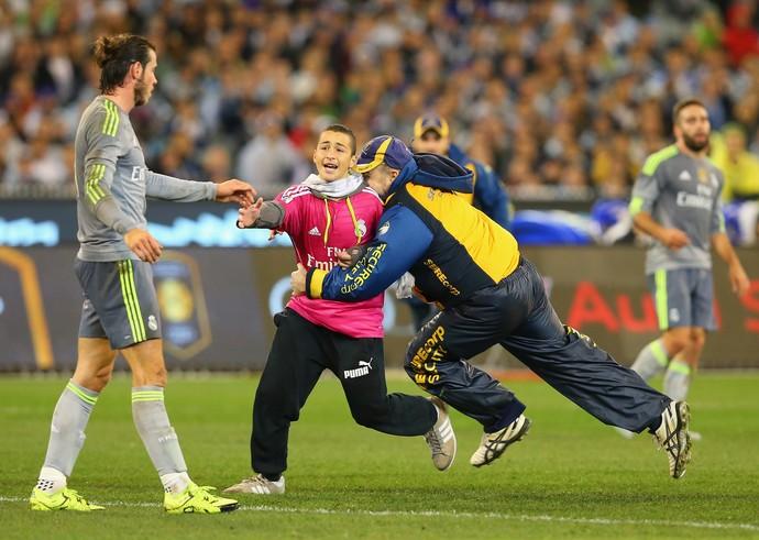 Fã tenta alcançar Bale (Foto: Quinn Rooney/Getty Images)