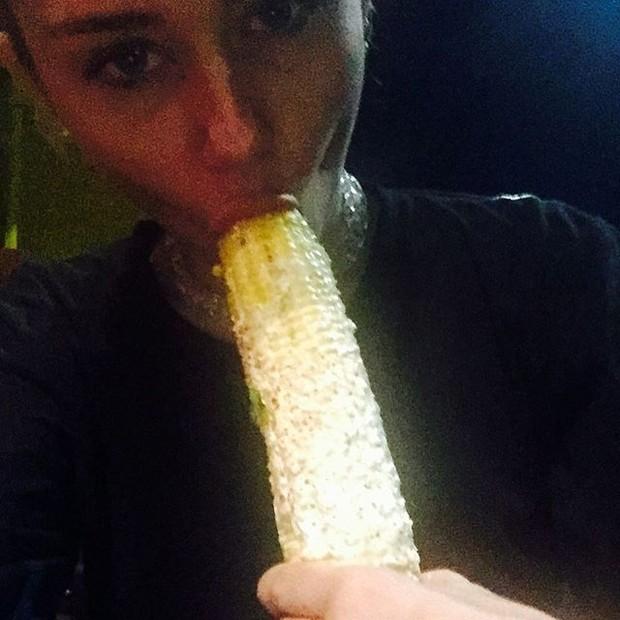 Miley Cyrus come milho (Foto: Instagram/ Reprodução)