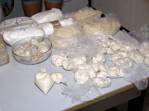 Pasta base de cocaína e entorpecente pronto para venda abasteceriam vários bairros da Grande Vitória. (Foto: Reprodução/TV Gazeta)
