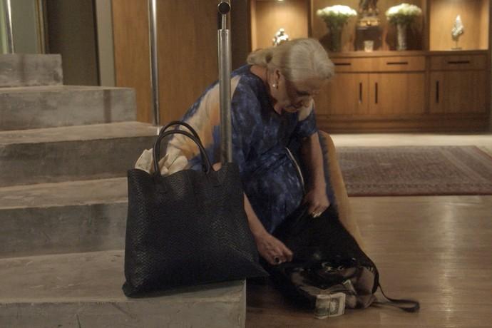 Mãe de Vitória derruba bolsa sem querer (Foto: TV Globo)