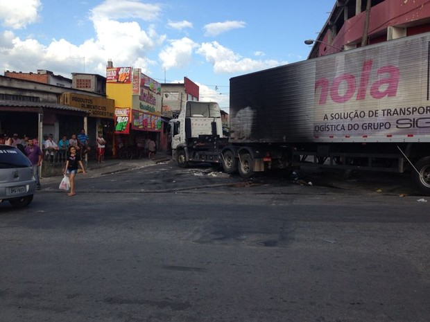 Carreta queimada na noite de quarta-feira continua no Miguel Badra (Foto: Carolina Paes/G1)