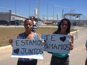 Amigas de Vinícius Romão o aguardaram na saída da cadeia pública em São Gonçalo (Foto: Guilherme Brito/G1)