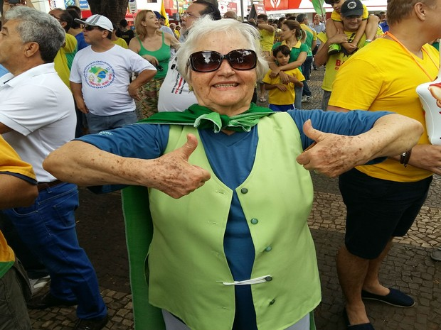 Dona Glauci no protesto em Uberlândia (Foto: Caroline Aleixo/G1)