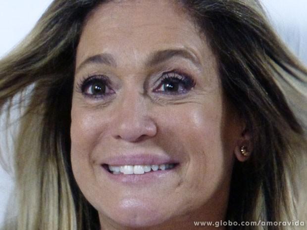 Pilar fica toda alegra após a cantada (Foto: Amor à Vida/TV Globo)