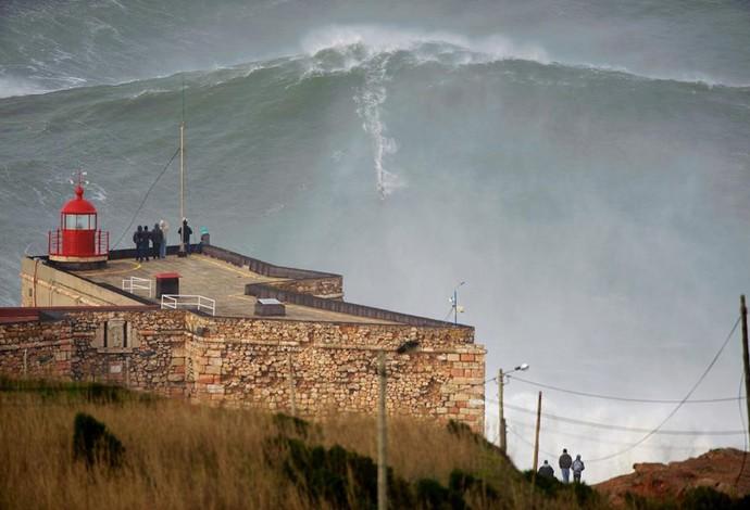 onda gigante surfe portugal (Foto: Reprodução/ZON North Canyon)