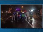 Motorista perde o controle da direção, invade pista contrária e causa batida