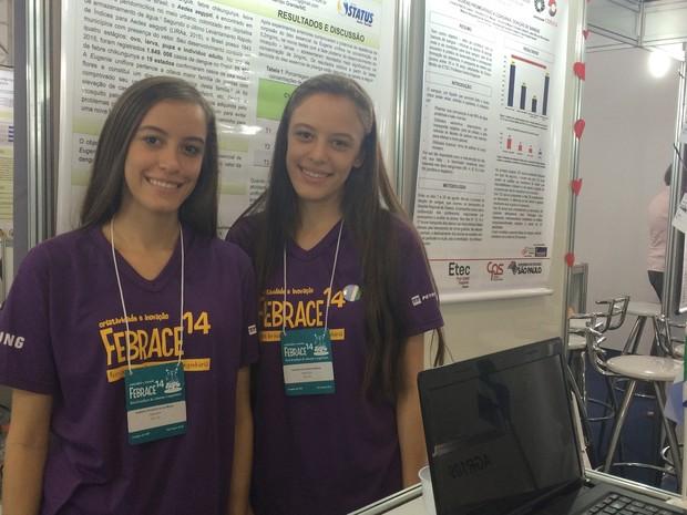 Danielle e Isabelle Matos, 17, que desenvolveram repelente à base de pitanga (Foto: Laura Lewer/G1)
