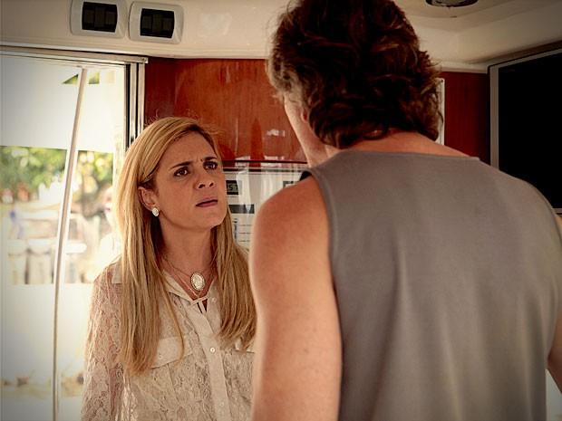 Depois disso, Carminah resolve dar um fim no malandro (Foto: Avenida Brasil / TV Globo)