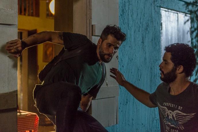 Mario e Wagner tentam fugir de João Amaro (Foto: Artur Meninea/Gshow)