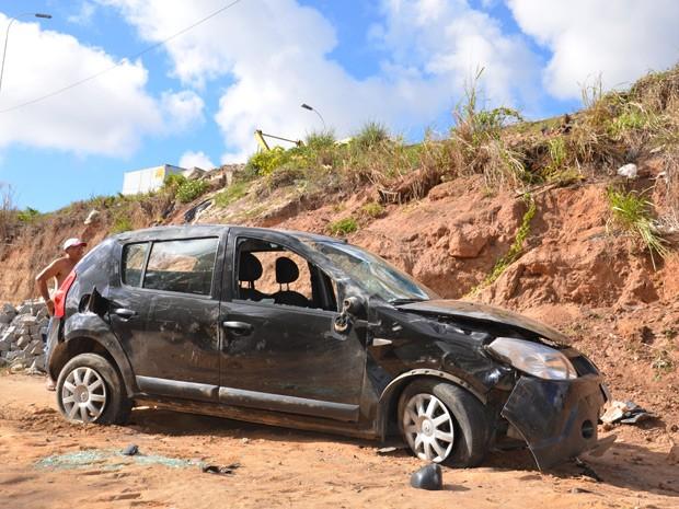 Carro ficou destruído após despencar de ribanceira  (Foto: Walter Paparazzo/G1)