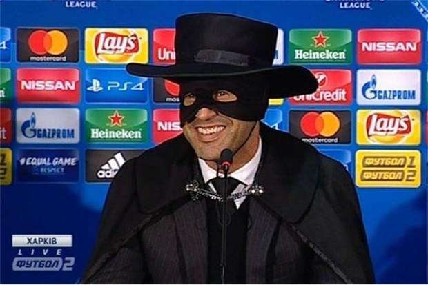 Técnico do Shakhtar se fantasia de Zorro (Foto: reprodução)