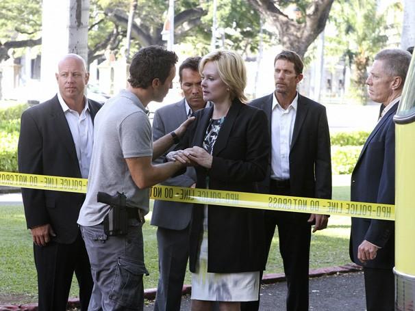 Hawaii Five-0 - Depois de receber os cumprimentos da governadora, McGarrett vê Laura Hills ser assassinada (Foto: Divulgação / CBS)