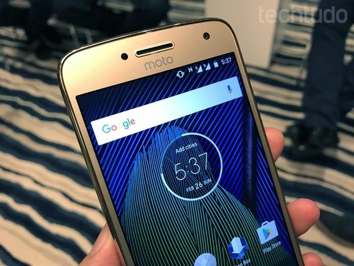 Moto G5 oferece tela de 5 polegadas em Full HD (Foto: Thassius Veloso/TechTudo)