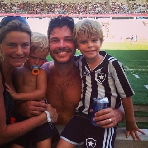 Erik com a família, no ano passado, durante a Copa do Mundo (Foto: Reprodução)