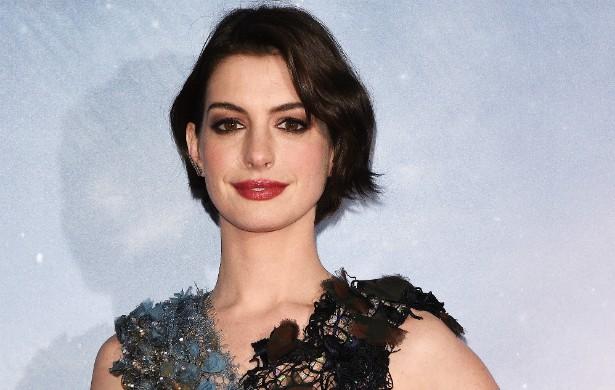 Anne Hathaway por pouco não morreu afogada no mar do Havaí durante suas férias, neste ano. A estrela de 'Os Miseráveis' foi tragada por uma corrente marítima, porém acabou salva por um surfista. (Foto: Getty Images)