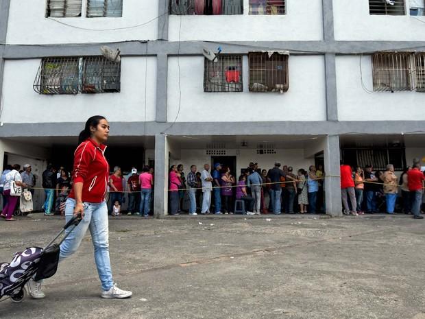 Pessoas fazem fila nesta sexta-feira (4) em mercado popular de Caracas para comprar comida (Foto: AFP PHOTO / LUIS ROBAYO)