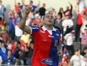 Fernandinho comemora o gol do Paraná sobre o Ceará (Foto: Divulgação / Site oficial do Paraná Clube)
