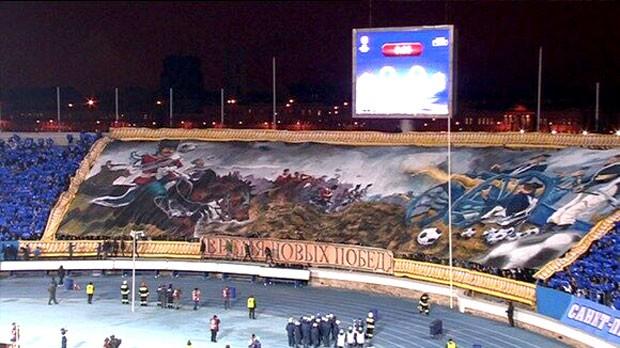 bandeirão torcida Zenit jogo contra o Liverpool (Foto: Reprodução / Twitter)