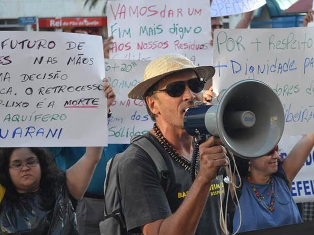 O manifestante Reinaldo Romero foi um dos 50 participantes de um protesto em frente à Prefeitura contra a lei de resíduos sólidos em Ribeirão Preto (Foto: Rodolfo Tiengo/ G1)