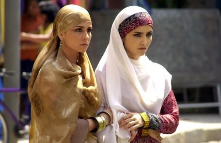 Na trama de Gloria Perez, a atriz era Jade e aparecia a maior parte do tempo com os cabelos cobertos. Na foto, em cena com Letícia Sabatella TV Globo