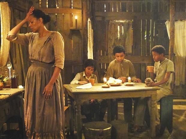 Zenaide fica tensa com a prosa dos meninos (Foto: Lado a Lado/TV Globo)