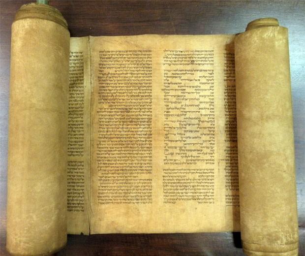 Exemplar que pode ser o mais antigo da Torá foi encontrado na Itália (Foto: Universidade de Bolonha/AFP)