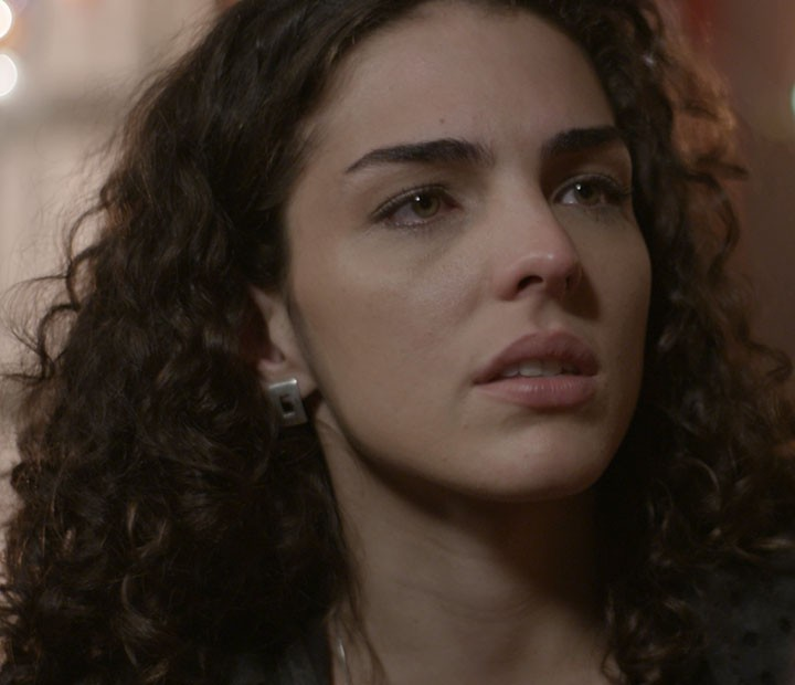 A cantora sofre ao ouvir tudo que o gato fala (Foto: TV Globo)