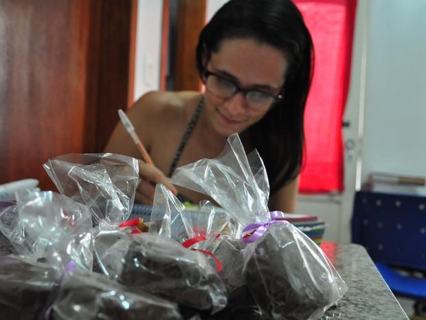 Vivian faz trufas para ajudar a pagar cursinho preparatório (Foto: André Souza/ G1)