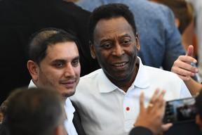 Pelé e fã no Maracanã (Foto: Agência AFP)