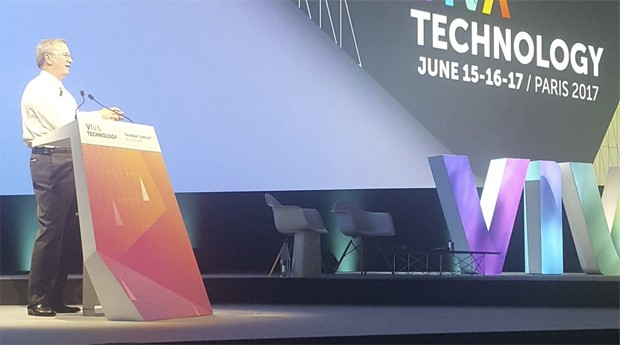 Eric Schmidt, CEO da Alphabet (Google), no palco do VivaTech (Foto: Reprodução)