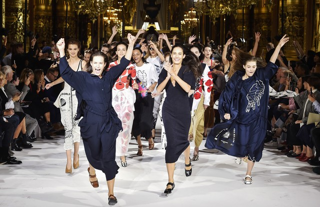 PARIS, FRANCE - OCTOBER 03:  Models walk the runway at the Stella McCartney Spring Summer 2017 fashion show during Paris Fashion Week on October 3, 2016 in Paris, France.  (Photo by Catwalking/Getty Images) (Foto: Getty Images)