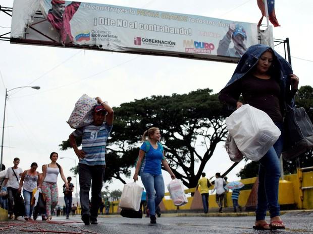Pessoas são vistas carregando sacolas e pacotes sobre a ponte internacional Simón Bolívar, depois de fazer compras, em San Antonio del Táchira , Venezuela (Foto: REUTERS/Carlos Eduardo Ramirez)