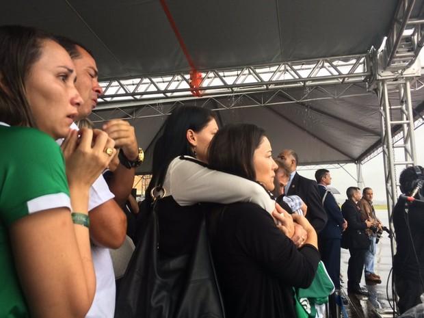 Familiares aplaudem e choram com a chegada do primeiro avião com os corpos das vítimas (Foto: Glauco Araújo/G1)