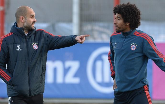 Guardiola e Dante Bayern  (Foto: AFP)