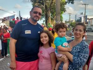 Família participa de protesto em João Pessoa (Foto: Diogo Almeida/G1)