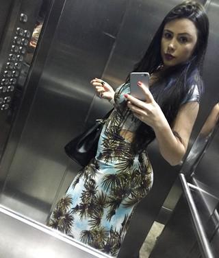 Rebeka Francys estufa a barriguinha no elevador (Foto: Reprodução/Instagram)