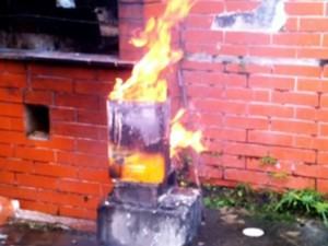 Foto mostra fogo encontrado na casa de praia do publicitário suspeito na morte do zelador em São Paulo (Foto: Reprodução/TV Globo)