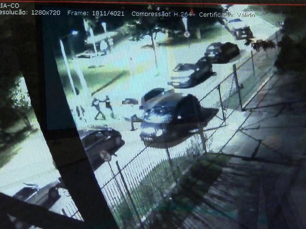 Vídeo mostra que briga com médico ferido em festa na USP começou por bicicleta (Foto: Reprodução TV Globo)