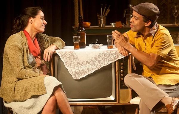 Claudia em cena com Édio Nunes: ela interpreta no palco a história da própria mãe (Foto: Dalton Valério )